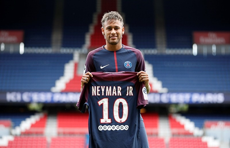 Neymar Jr poses with the club shirt. (REUTERS Photo)