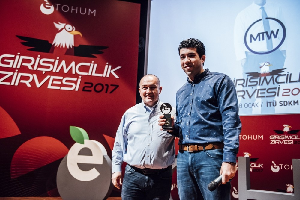Syrian entrepreneur Ebraheim Shetewy (R) received his prize at Etohum 2017 Summit in Istanbul.