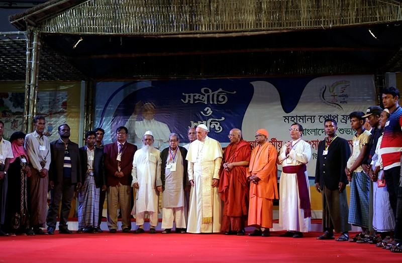 Pope Francis meets a group of Rohingya refugees in Dhaka, Bangladesh December 1, 2017 (Reuters Photo)