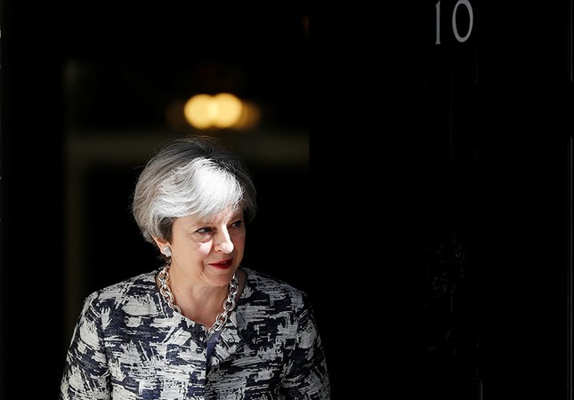 Britain's Prime Minister, Theresa May, waits to greet Democratic Unionist Party (DUP) Leader Arlene Foster, in Downing Street, in central London, Britain June 26, 2017. (Reuters Photo)