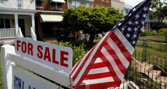 A US flag decorates a for-sale sign at a home in the Capitol Hill neighborhood of Washington, August 21, 2012. (REUTERS Photo)