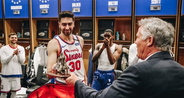 Philadelphia 76ers' Furkan Korkmaz presented an award after strong performance against Chicago as teammates celebrate, on Jan 17, 2020. DHA Photo
