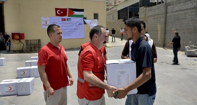 جمعيتان تركيتان توزعان طرودًا غذائية لـ 10 آلاف شخص في غزة