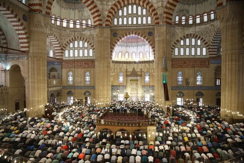 Muslims perform Qurban Bayram prayer at Selimiye Mosque in Edirne, Tuesday, Aug. 21, 2018. (AA Photo)