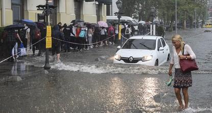 pSchwerer Niederschlag am Dienstagmorgen brachte den Alltag in Istanbul zum Stillstand./p  pMeteorologen warnten bereits am Montag vor schweren Regenstürmen und möglichen Überflutungen. Die...