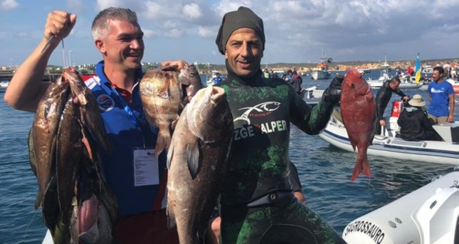 Turkish atlete Ahmet Tekin (R) poses with his catch — a 7-kilo Rubberlip Grunt in Portugal. (AA Photo)