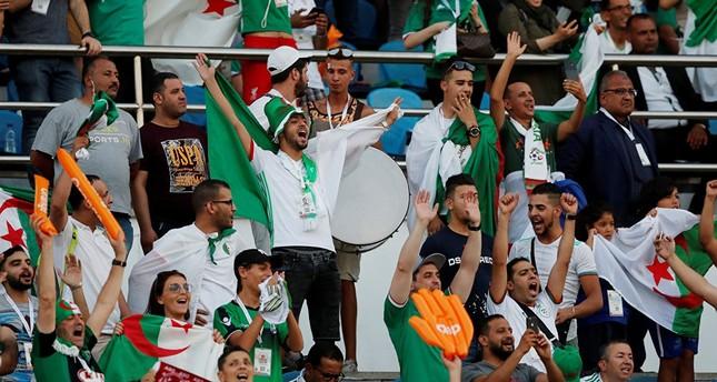 طائرات عسكرية ستنقل مشجعي المنتخب الجزائري إلى القاهرة لدعمه في مباراة نصف نهائي الكان