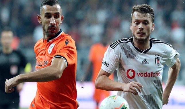 Başakşehir's Mehmet Topal L and Beşiktaş's Adem Ljajic vie for the ball during a match in Istanbul, Oct. 15, 2019. AA Photo