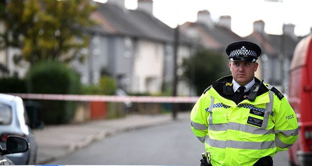 Police stand guard at a cordon during a raid on a home in Sunbury, Surrey near London on September 16, 2017 (AFP Photo)