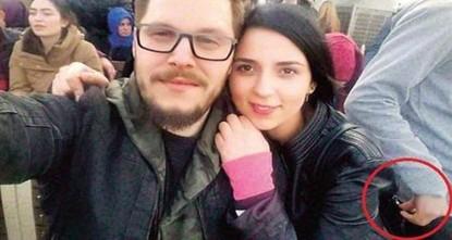 pGenau der Moment, in dem ein Dieb das Portemonnaie einer Frau aus ihrer Handtasche rauszieht, wurde unabsichtlich von der beklauten Dame in einem Selfie aufgenommen./p  pWie die türkische...