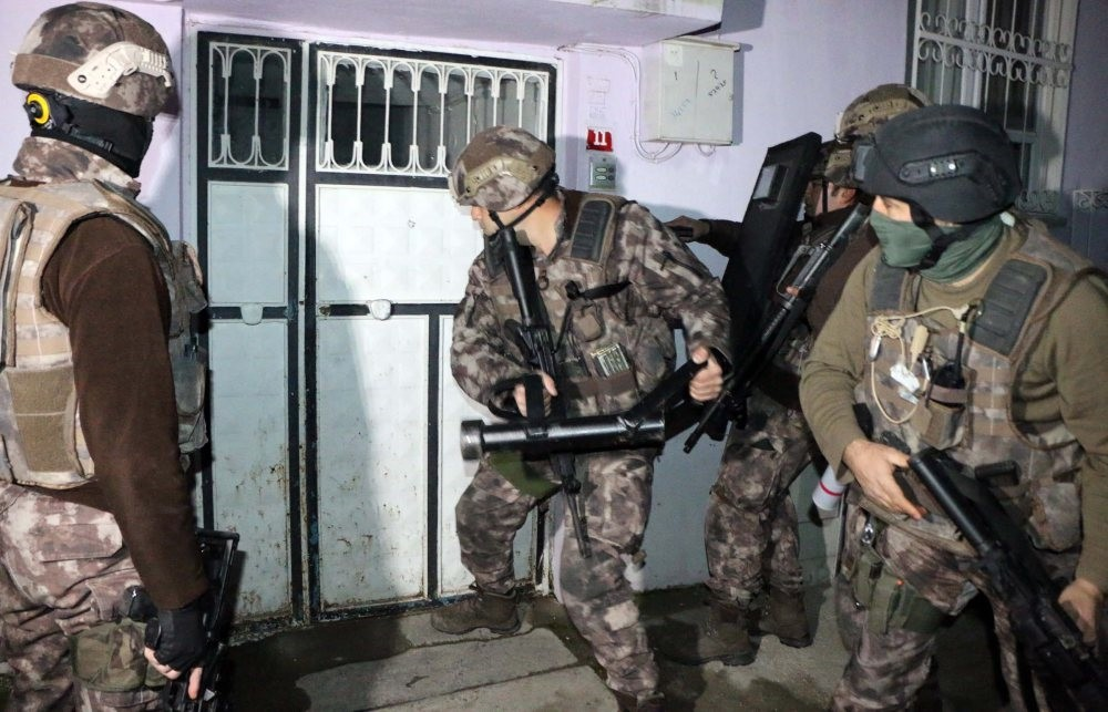 Anti-terror police storm a house where the Daesh suspects stay in Adu0131yaman on Feb.5. The terrorist group faced a nationwide crackdown earlier this month that netted hundreds of suspects.