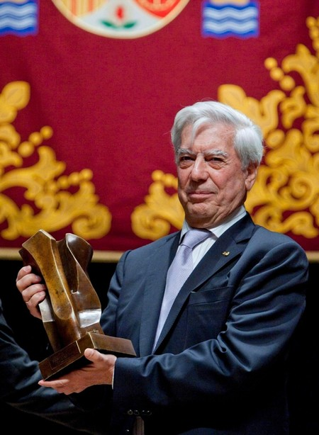 Peru's Nobel-winning author Mario Vargas Llosa poses for the media after receiving the 'Libertad de Expresion y los Valores Humanos' (Freedom of Speech Defence and Human Values) Prize, in Cadiz, Andalusia, November 10, 2010. (EPA Photo)