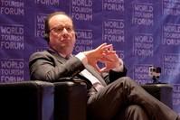 الرئيس الفرنسي السابق فرانسوا أولاند في المنتدى العالمي للسياحة بأنغولا (الأناضول)