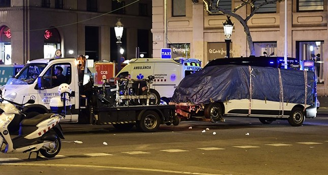 The van who plowed into the crowd, killing at least 13 people and injuring around 100 others is towed away from the Rambla in Barcelona on Aug. 18, 2017. (AFP Photo)