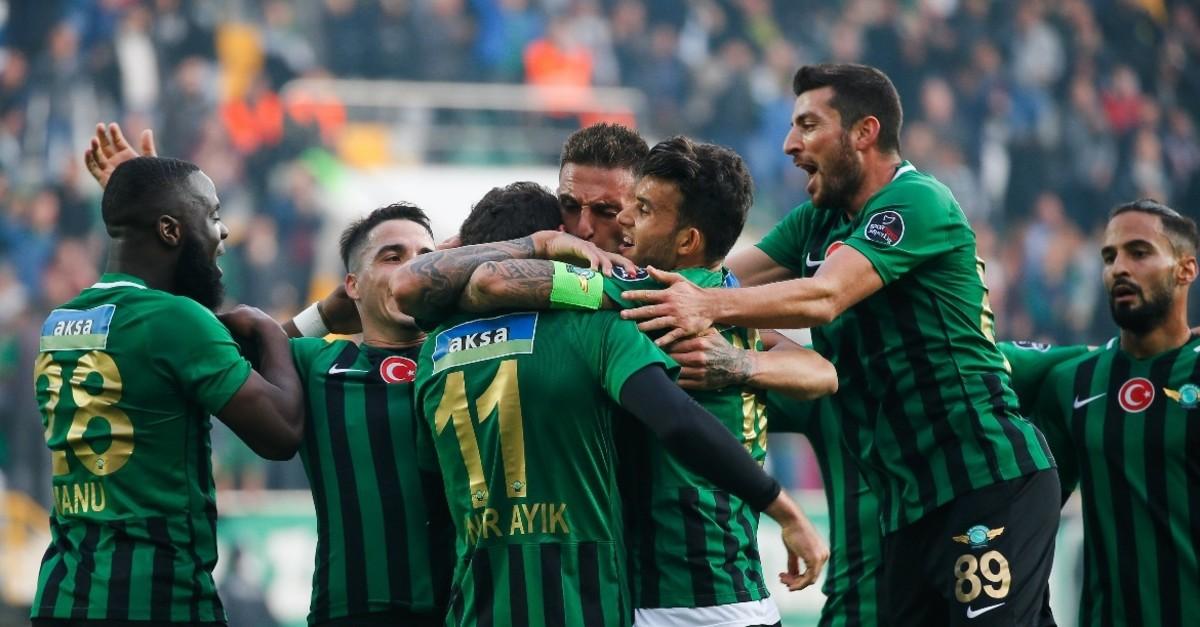 Akhisarspor players celebrate a goal against Bursaspor in Week 13 game of Su00fcper Lig.