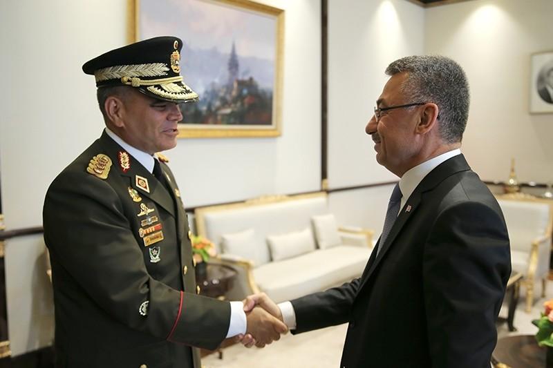 Vice President Fuat Oktay (R) welcomes Venezuelan Defense Minister Vladimir Padrino Lopez in Ankara on Oct. 22, 2018. (AA Photo)