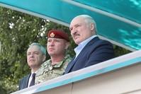 الرئيس البيلاروسي ألكسندر لوكاشينكو الأول من اليمين مستعرضاً قوات من بلاده IHA