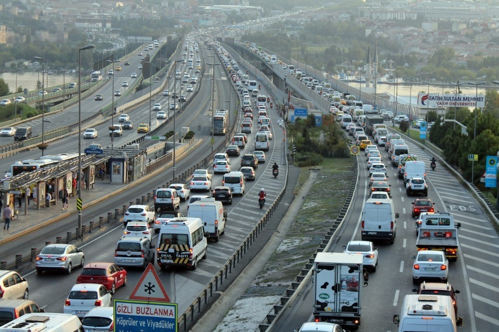 Around 14,000 school minibuses flooded Istanbul's streets yesterday, creating serious traffic early in the morning.