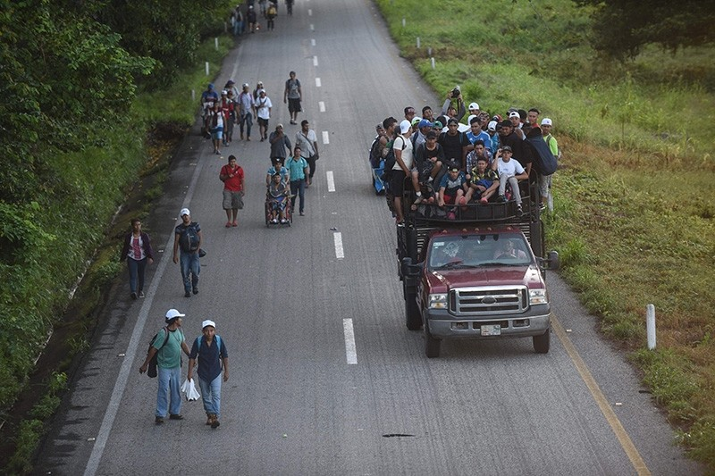 Honduran migrants heading in a caravan to the US, travel on foot or atop vehicles in Mapastepec on their way to Pijijiapan Chiapas state, Mexico, on Oct. 25, 2018. (AFP Photo)
