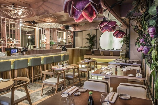 One of the foreign restaurant chains in Istanbul, Inari Omakase offers a stylish atmosphere with its flower-shaped lamps on the dining tables.