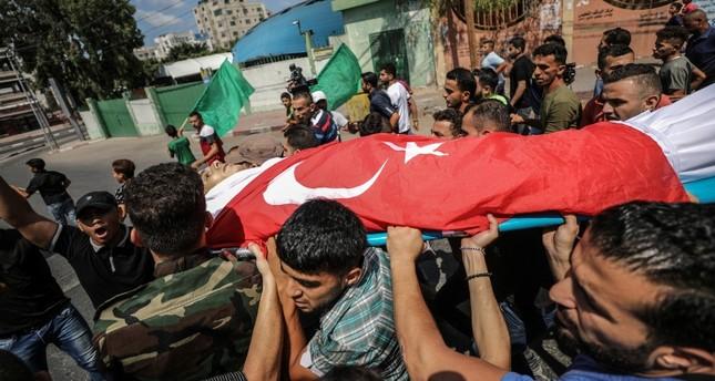 الفلسطينيون في غزة يشيعون محمد مكفنا بالعلم التركي تنفيذا لوصيته