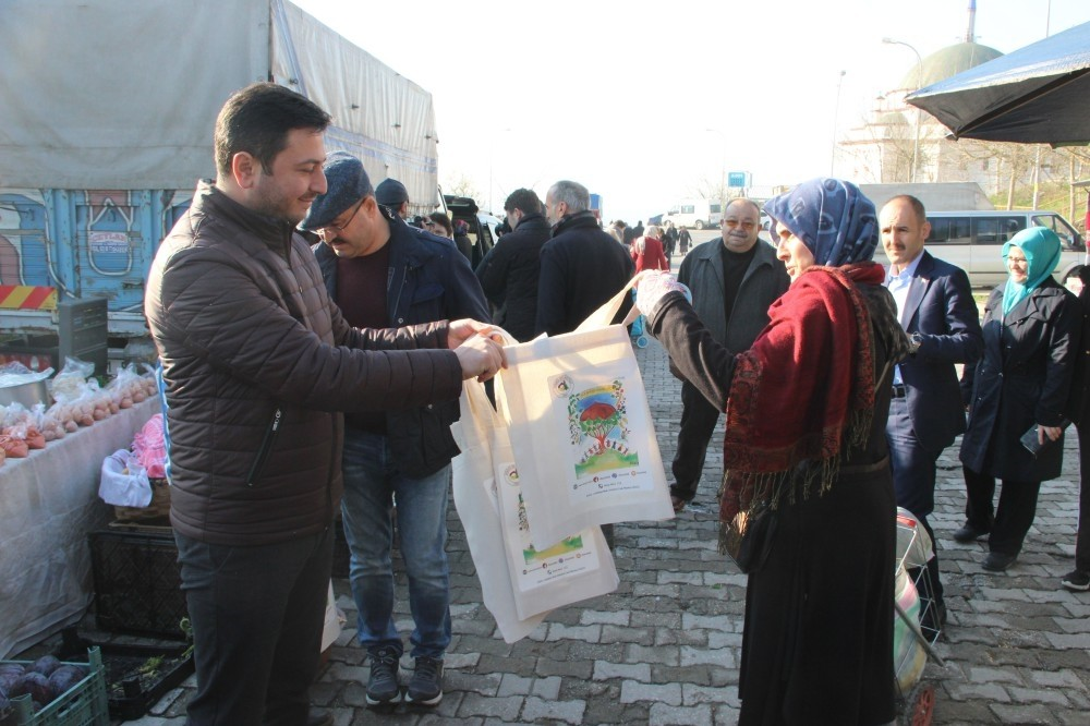 Municipality officials distribute canvas bags to citizens in the northern city of Du00fczce on Dec. 9. Plastic bags will be sold for TL 0.25 and citizens are encouraged to use environment-friendly bags for shopping.