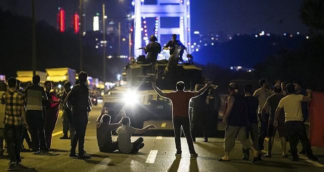 Demonstranten ergreifen Panzer von Militärs auf der Bosporus-Brücke am 16. Juli. (Foto: Gürcan Öztürk/AFP)