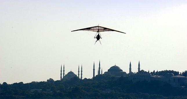 Hezarfen Ahmed Çelebi's flight was impersonated by a Turkish Airlines pilot at Üsküdar's Katibim festival in 2006 AA File Photo