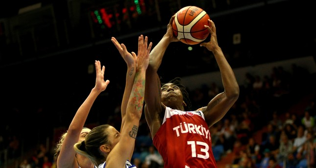 Quanitra Hollingsworth (R) of Turkey in action against Alessandra Formica and Sabrina Cinili of Italy.