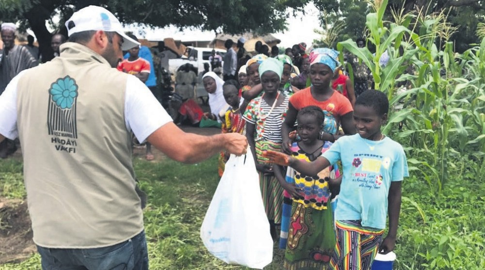 Volunteers of Aziz Mahmud Hu00fcdayi Foundation deliver aid in Ghana in 2017 Eid al-Adha campaign. The foundation will reach out to more than 40 countries in this year's campaign.