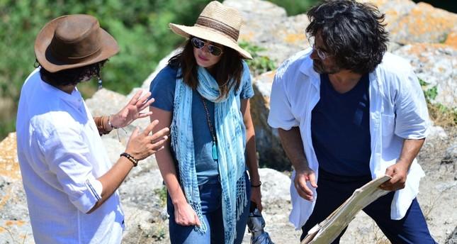 الممثلة الأمريكية ميغان فوكس (وسط) تستمع إلى شرح من مدرس تركي عن مدينة طروادة