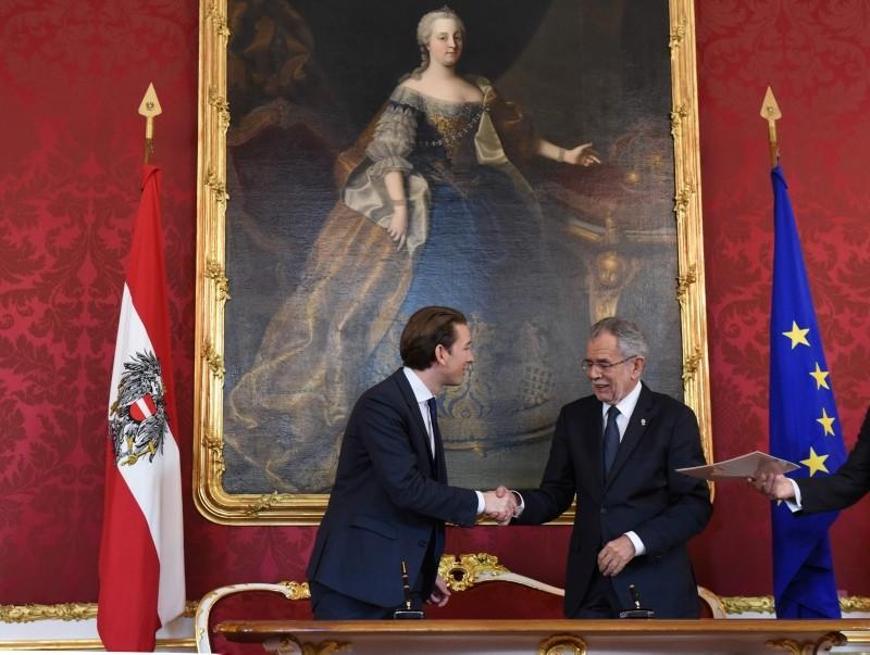 Then Foreign Minister Sebastian Kurz (L) and Austrian President Alexander Van der Bellen shake hands after signing documents as Austria's outgoing government formally tender their resignations in Vienna, Austria, Oct. 17, 2017. (AFP Photo)