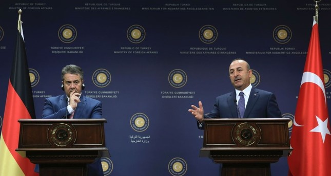 German Foreign Minister Sigmar Gabriel L and his Turkish counterpart Mevlüt Çavuşoğlu attended a news conference in Ankara, Monday.