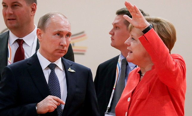 German Chancellor Angela Merkel talks to Russia's President Vladimir Putin at the start of the first working session of the G20 meeting in Hamburg, Germany, July 7, 2017. (Reuters Photo)