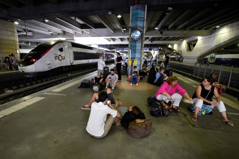 People wait on a platform of the Montparnasse railway station in Paris after several trains have been delayed following a fire of an electric transformer in the nearby city of Issy-les-Moulineaux, on July 27, 2018. (AFP Photo)