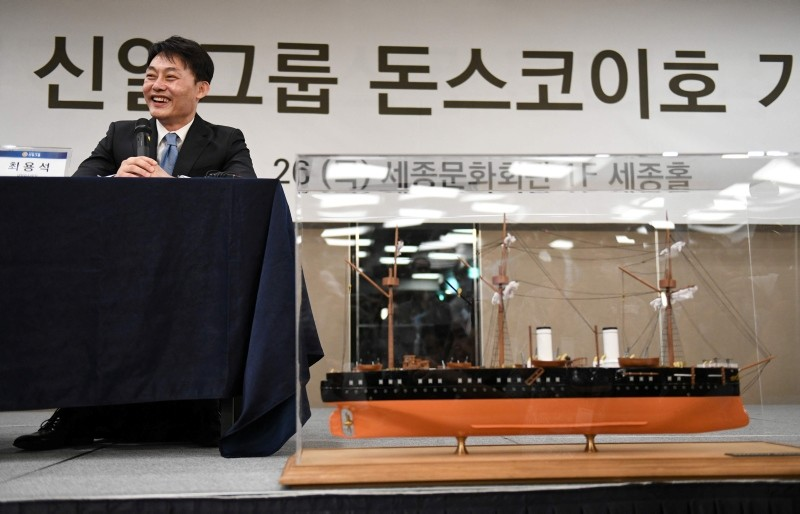 Choi Yong-seok, CEO of Shinil Group, speaks during a press conference on a Russian ,treasure, ship in Seoul on July 26, 2018 as a scale model of Imperial Russian naval cruiser the Dmitri Donskoi is seen. (AFP Photo)