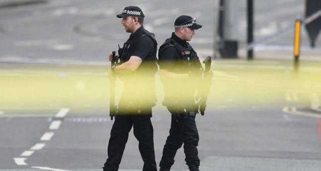 عناصر شرطة يغلقون مكان الانفجار الذي وقع في مانشستر. أ ف ب