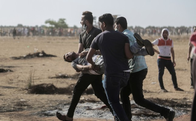 Palestinians protesters carry a wounded protester in clashes during a Friday protest near the border in the east of Khan Younis town southern Gaza Strip, June 8, 2018. (EPA Photo)