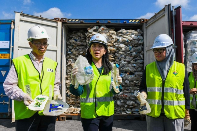 Minister of Energy, Science, Technology, Environment and Climate Change (MESTECC), Yeo Bee Yin (C) shows samples of plastics waste shipment from Australia before sending back to the country of origin in Port Klang, on May 28, 2019. (AFP Photo)