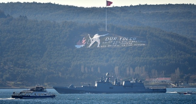 الفرقاطة الروسية الأميرال إيسن التابعة للأسطول البحري الروسي أثناء عبورها مضيق الدردنيل (الأناضول)