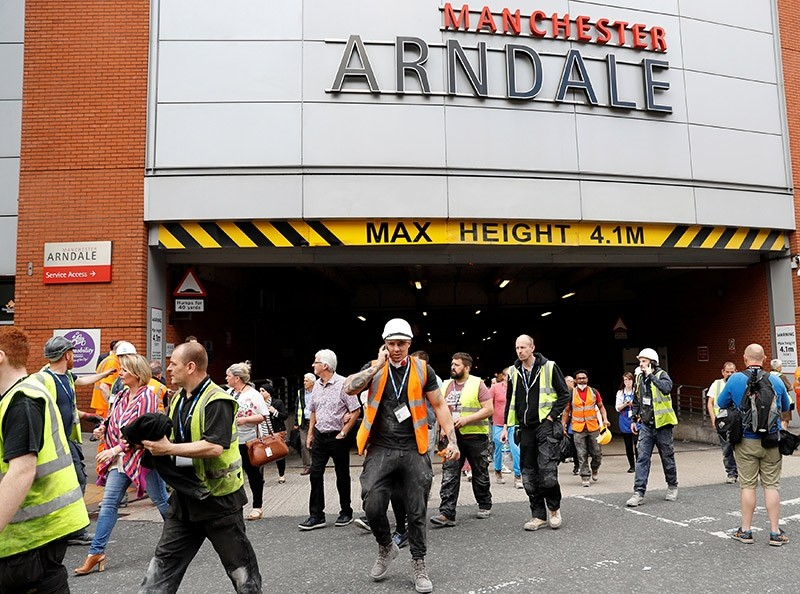 People rush out of the Arndale shopping centre as it is evacuated in Manchester, Britain May 23, 2017. (Reuters Photo)