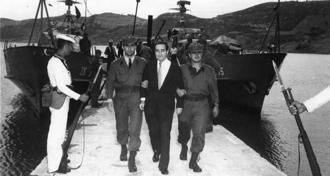 أرشيفية- عدنان مندريس أثناء اقتياده إلى مقر المحكمة عقب انقلاب 1960
