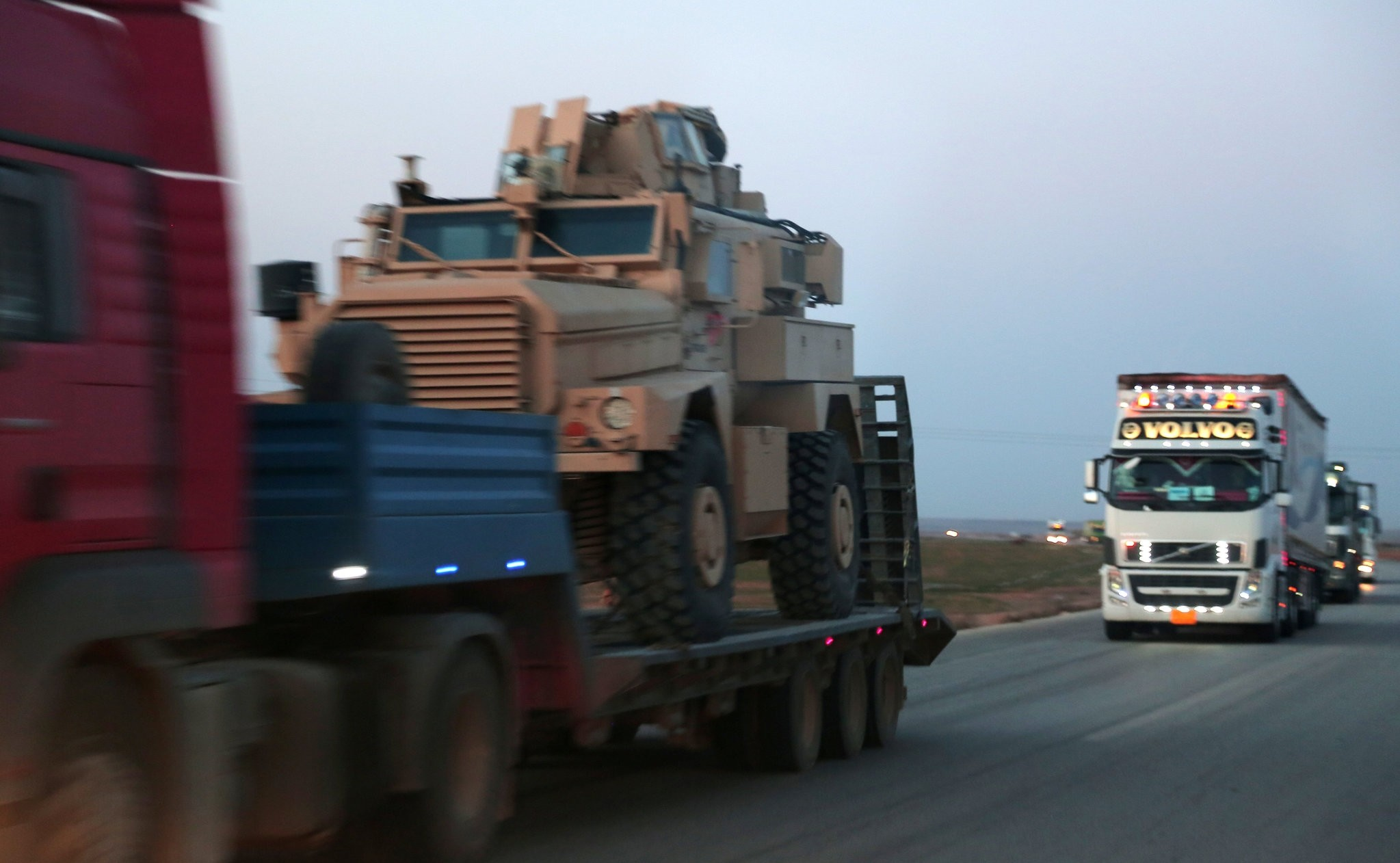 A convoy carrying military aid to the Syrian Democratic Forces (SDF) drive near the northeastern Syrian city of Hasaka, Syria February 24, 2017. Picture taken February 24, 2017. (REUTERS Photo)