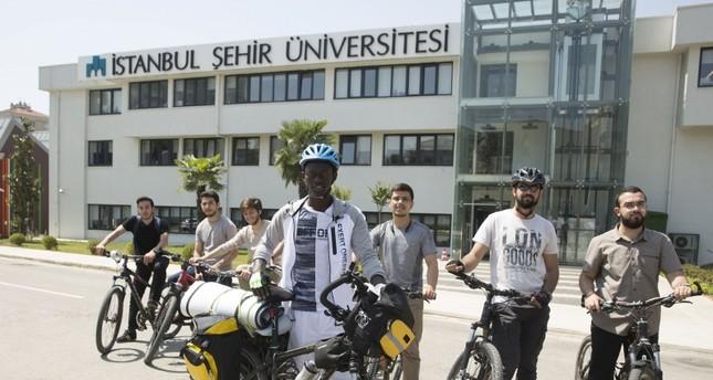 الطالب السنغالي مصطفى ندياي أمام جامعة إسطنبول شهير قبيل انطلاقه اليوم (الأناضول)