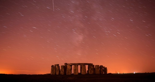 A meteor streaks past stars in the night sky over Stonehenge in Salisbury Plain, southern England August 12, 2010 (Reuters Photo)