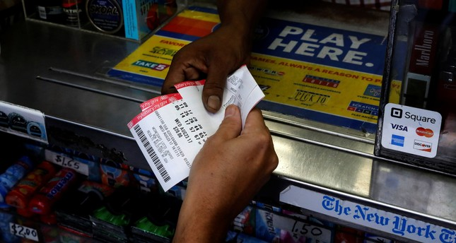 A customer purchases Powerball lottery tickets for a $700 million jackpot at a newsstand in New York City, U.S., August 23, 2017. (Reuters Photo)