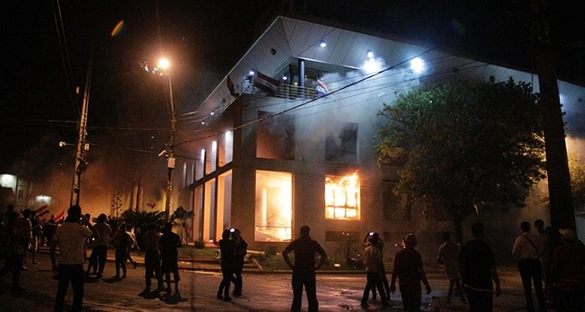 Hundreds of demonstrators protesting against the approval of a constitutional amendment for presidential reelection broke into the Congress building and started to set fires inside, in Asuncion on March 31, 2017. (AFP Photo)
