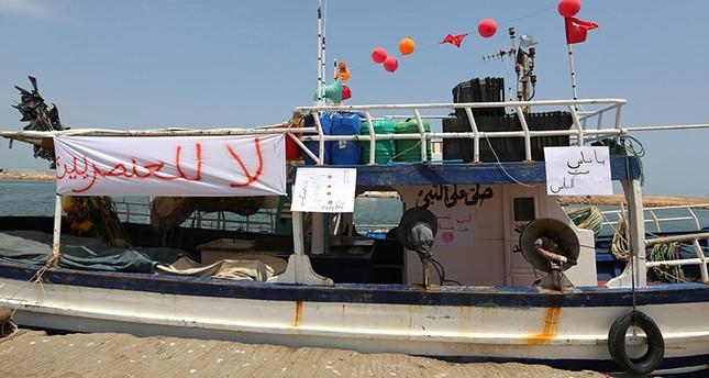 لافتة لصيادين تونسيين تعبر عن رفضهم دخول سفينة المتطرفين اليمينيين ميناءهم (الفرنسية)