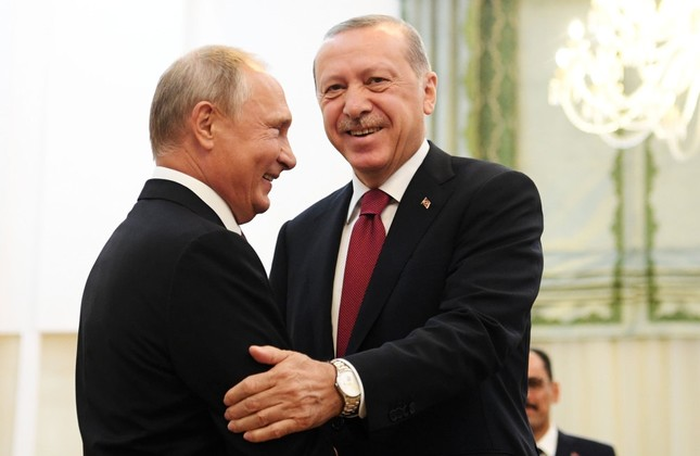 President Recep Tayyip Erdoğan (R) shakes hands with Russian President Vladimir Putin during their meeting in Tehran, Sept. 7.