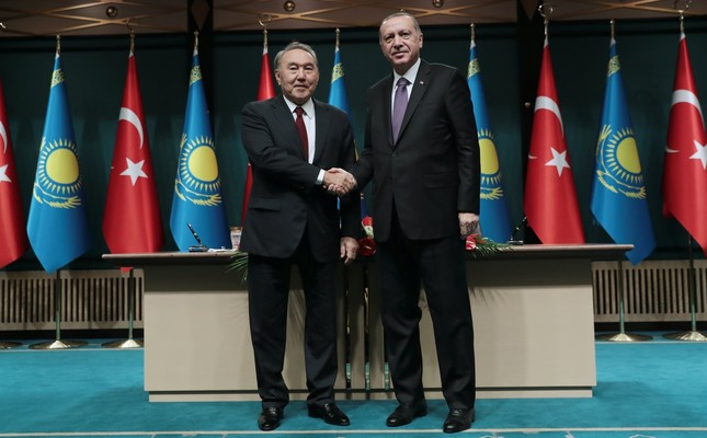 President Recep Tayyip Erdoğan (R) and Kazakh President Nursultan Nazarbayev (L) shake hands after the joint press conference in Ankara, Sept. 13.